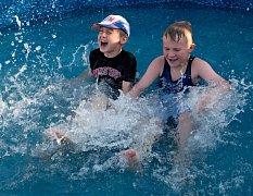 Horké úterý řada lidí prožila u vody a dětem kolikrát vystačil bazén.