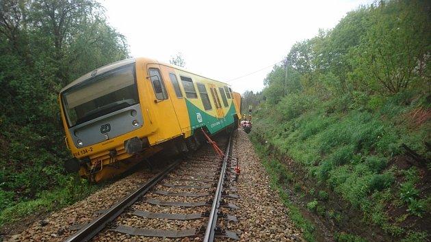 Vlak po srážce s automobilem vykolejil.