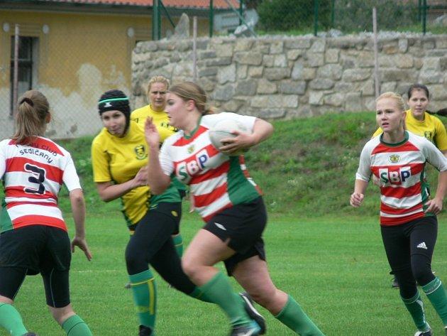 Útok sedlčanských ragbistek v utkání proti RC Kralupy.