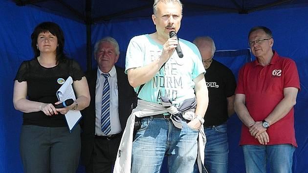 Na vacíkovské návsi se v sobotu sešli lidé, aby podpořili pochodem na Petráškovu horu boj proti těžbě zlata.