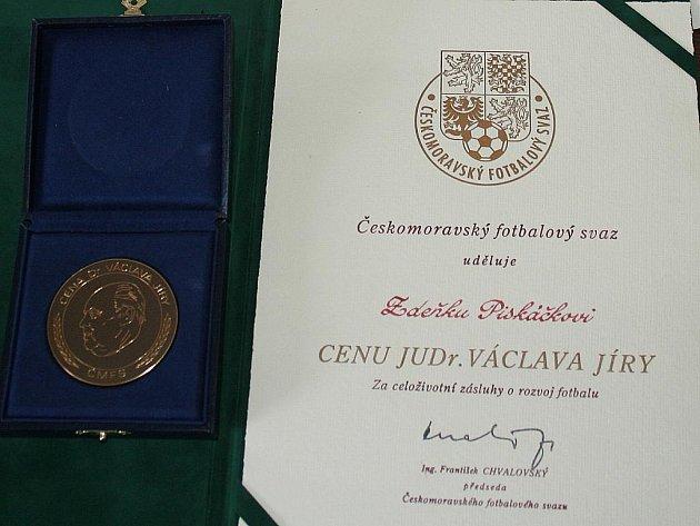 Za celoživotní přínos fotbalu dostal Zdeněk Piskáček v roce 2001 prestižní Cenu JUDr. Václava Jíry.