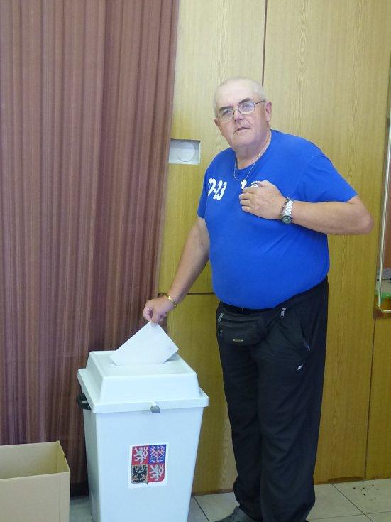 MEZI  PRVNÍMI odvolil s grácií ve volebním okrsku č. 5 František Urner.