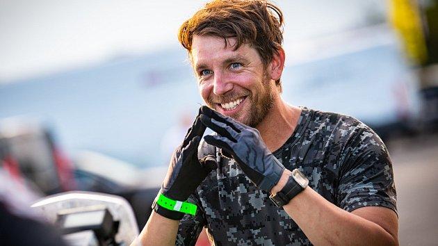CESTA ZA  BRONZEM vedla pro Jana Brabce přes neoblíbenou blátivou trať. Přesto podal skvělý výkon a v cíli mohl po zásluze slavit.