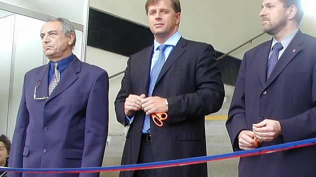 Loňskou výstavu, která byla zřejmě poslední, zahajoval bývalý starosta Ivan Fuksa (vlevo) společně se středočeským hejtmanem Petrem Bendlem.