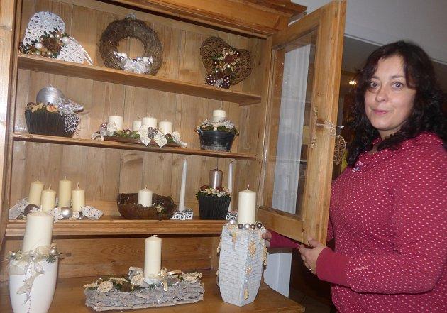 PŘI PŘÍPRAVĚ výstavy ještě nevěděla Věrka Dlouhá, zda do vernisáže stačí vypálit vpeci keramické anděli a doplnit jimi svůj výstavní prostor vmuzeu.