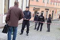 Policisté v pátek prověřovali před budovou ČSOB v Příbrami podezřelý kufřík. Blízké okolí bylo uzavřeno.