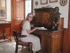 Manželka spolumajitele zámku a bývalá kastelánka Alena Velková v pracovně T. G. Masaryka.