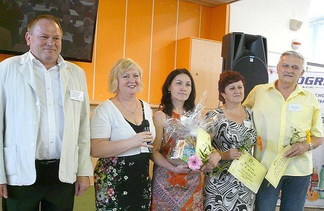 V ANKETĚ zvítězila Marie Janečková (třetí zleva), druhý nejvyšší počet hlasů získal Václav Čížek (vlevo) a třetí nejvyšší početv hlasů shodně obdrželi manželé Skaličtí. Výsledky oznámila, ceny a diplomy předala ředitelka Jaroslava Kocíková.
