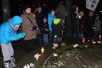 Kolem stovky lidí si připomnělo na sedlčanském náměstí v pátek 17. listopadu události před 28 lety, ale také vznik Charty 77 před 40 lety.