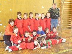 Fotbalová školka na Spartaku. Vlevo trenérka Dana Bodnárová.