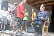 Řezbáři v Petrovicích posadili starostu Štěpánka na trůn.