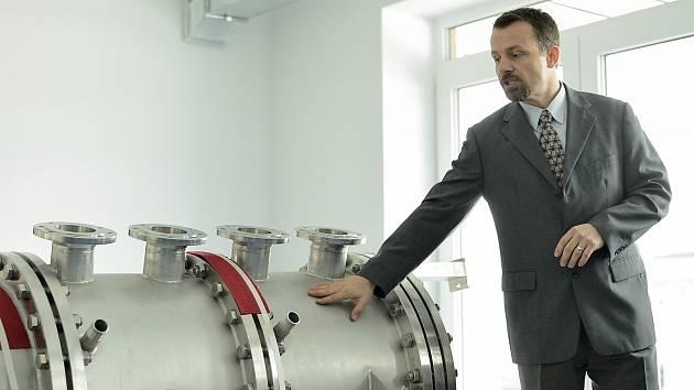 ALEŠ Pícha, vědecký pracovník na Ústavu technologie vody a prostředí VŠCHT Praha pracuje na projektu modulárního anaerobního fermentoru. Ten bude sloužit k výzkumu v oblasti obnovitelných zdrojů energie a biopaliv druhé  generace.