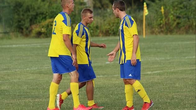 Plácnutí na důkaz spokojenosti. Fotbalisté Dalekých Dušníků se po zápase v Nové Vsi pod Pleší mohli radovat z prvních dvou bodů v letošní sezoně.