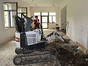 Jince opravují bývalé Moserovo sanatorium, kde vzniknou školní dílny, družina a keramická dílna.