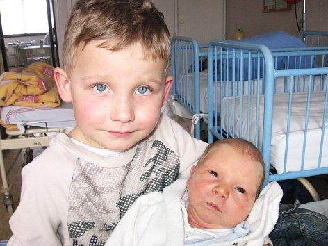 Čtyřapůlletý David  z Obecnice má velkou radost z brášky Marka Štamberka. Ten se mamince Jarmile a tatínkovi Milanovi narodil ve čtvrtek 21. února a v ten den vážil 3,68 kg a měřil 52 cm.