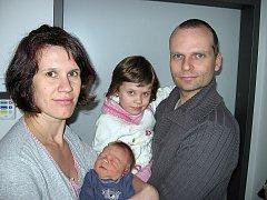 Od úterý 3. února mají maminka Lenka a tatínek Jaroslav z Příbrami radost ze synka Davida Roje, který v ten den vážil 3,71 kg a měřil 54 cm. Kočárek s malým bráškou bude také vozit čtyřletá Nikolka.