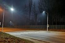Osvětlený přechod pro chodce v Březnické ulici u vstupu do areálu Nového rybníku v Příbrami.