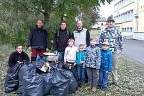 Dobrovolníci se pustili do úklidu retenční nádrže v Sedlčanech. Nasbírali až dva metráky odpadků.