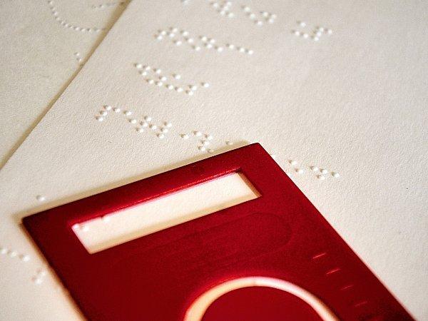Nápojový lístek psaný Braillovým písmem a forma pro podpis, určení bankovek a mincí.
