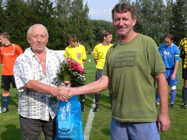 Josef Škvára (vlevo) při svém loučení s fotbalisty Rožmitálu.