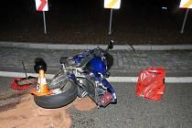 Havarovaná motorka na kruhovém objezdu u Dolejší Obory v Příbrami, kde motorkář skončil svůj úprk pádem a se zraněním.