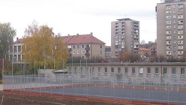 Rozestavěné hřiště příbramské základní školy v ulici Bratří Čapků