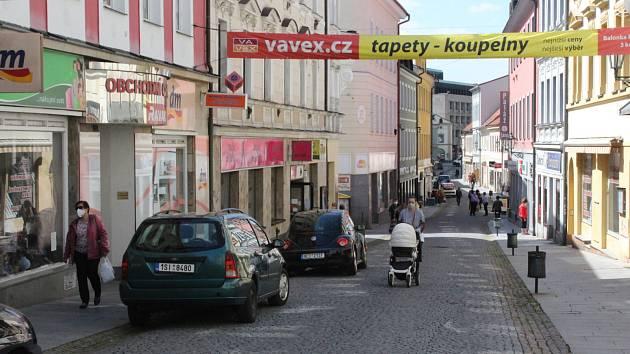 Sloupky mají zamezit střetům mezi chodci a vozidly v Pražské ulici.