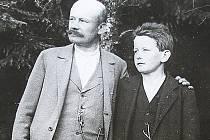 R. R. Hofmeister se synem Rudolfem v brdských lesích.