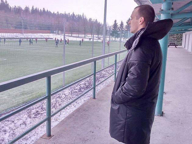 Jan Starka sleduje na hřišti s umělou trávou trénink prvoligového mužstva.