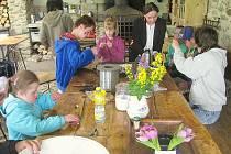 Žáci speciální třídy kamýcké základní školy na výletě v kovárně.
