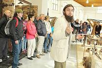 Podbrdský farmářský a řemeslný trh v Rožmitálu. Rudolf Šimek provází návštěvníky novými dílnami.