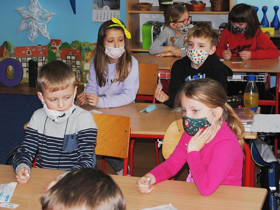 Z antigenního testování žáků prvních a druhých tříd na koronavirus ve 2. Základní škole Propojení v Sedlčanech.