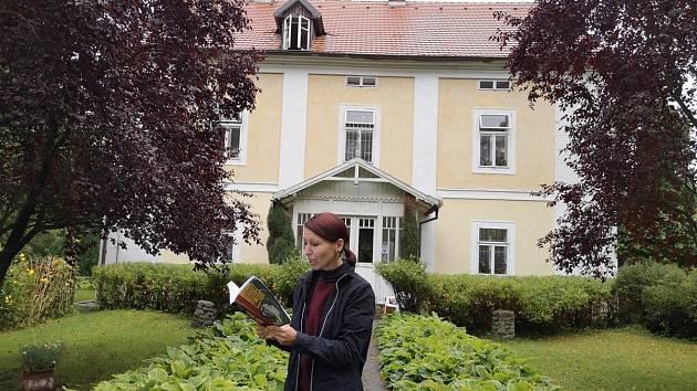 Jitka Čejková, odbornice na umělý život a editorka knihy 'Robot 100: Sto rozumů' před Památníkem Karla Čapka ve Staré Huti.