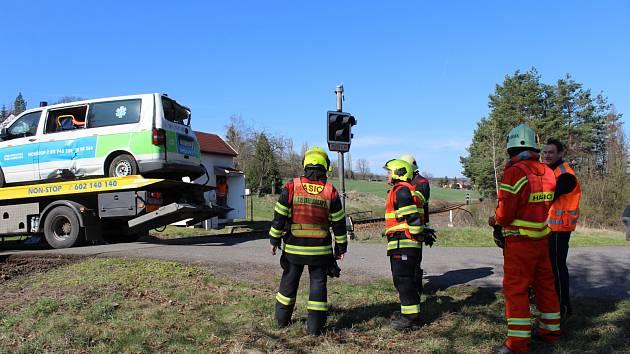 V Čenkově se srazila sanitka s vlakem, převážený pacient zemře.