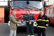 PŘEDÁVÁNÍ nového hasičského vozu.