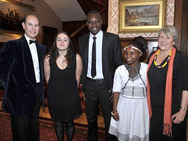 Lucie Leišová (druhá zleva) byla pozvána na večeři s britským princem Edwardem.