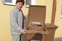 NÁDOBY na bioodpad zatím mají k dispozici zejména lidé v domcích se zahrádkami. Separovat by chtěli ale také obyvatelé panelových domů. Technické služby jim to chtějí umožnit. Na snímku je Dan Kolář, zaměstnanec Sedlčanských technických služeb.