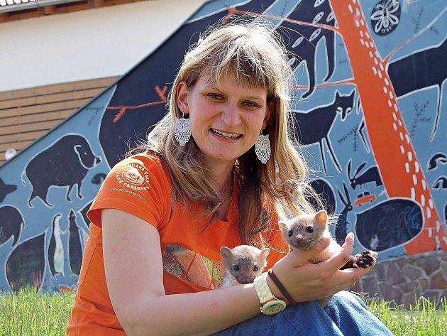 Miloslava Mackeová s mláďaty kuny.