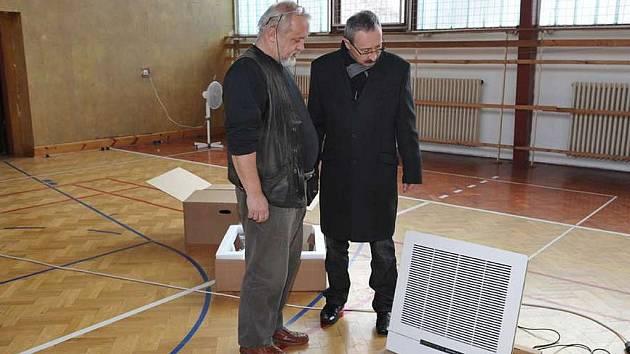ŘEDITEL Základní školy pod Svatou Horou Petr Ročňák a příbramský místostarosta Ivan Šedivý při dalším měření azbestu.