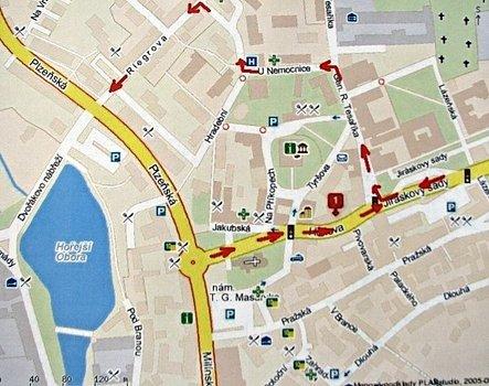Na plánku je červenými šipkami vyznačená trasa zprava od Jiráskových sadů v době výkopových prací.