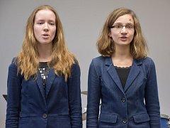 Zleva: Irena Brodníčková (soprán), Hana Kopecká (alt) při nácviku zpěvu.