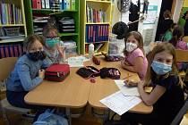 Do školních lavic se vrátili i žáci a žákyně čtvrté a páté třídy ZŠ Trnka v Dobříši.