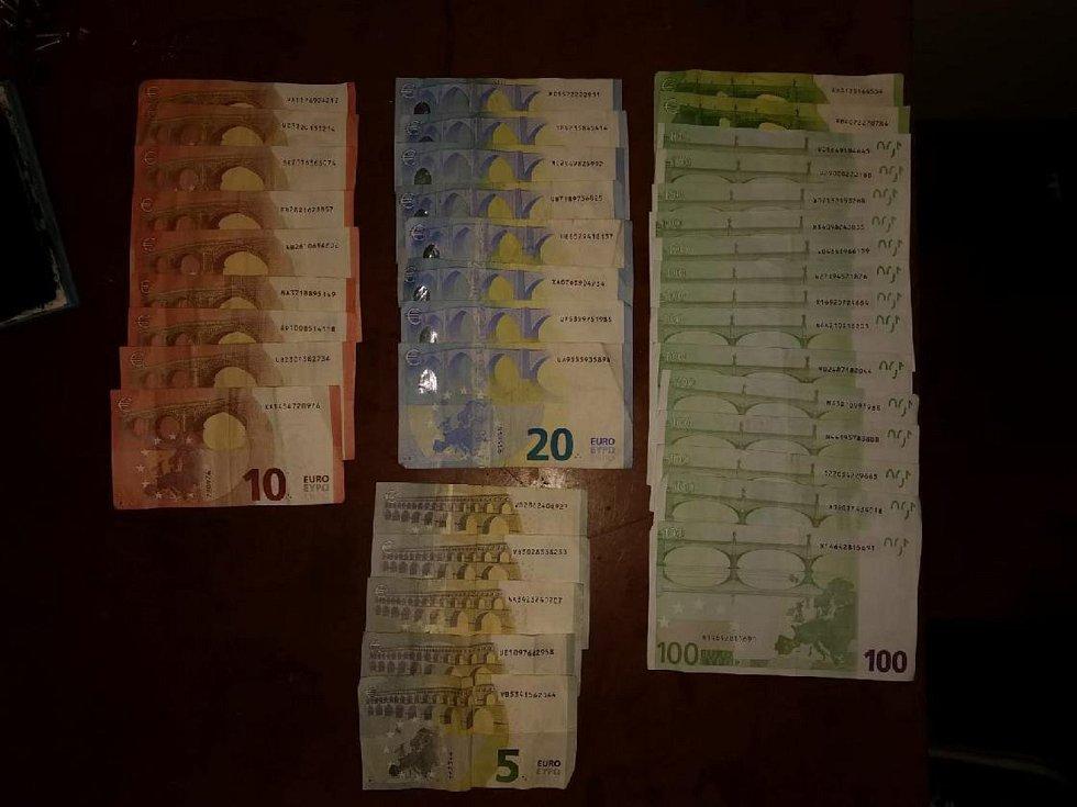 Finanční hotovost nalezená při prohlídce bytu drogového dealera.