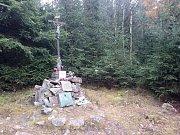 Smutnou událost připomíná pomník, který dodnes navštěvují lidé a rozsvěcí tam na památku tří letců svíčky.