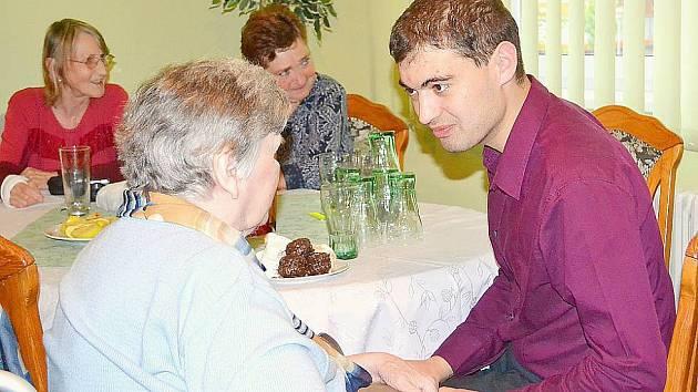 Ředitel Farní charity Příbram Jiří Kala při setkání se seniory.