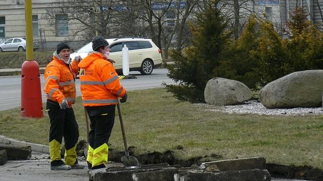 Další etapa prací na kruhovém objezdu u Dolejší obory v Příbrami začala. Omezení zasáhla také do provozu MHD.
