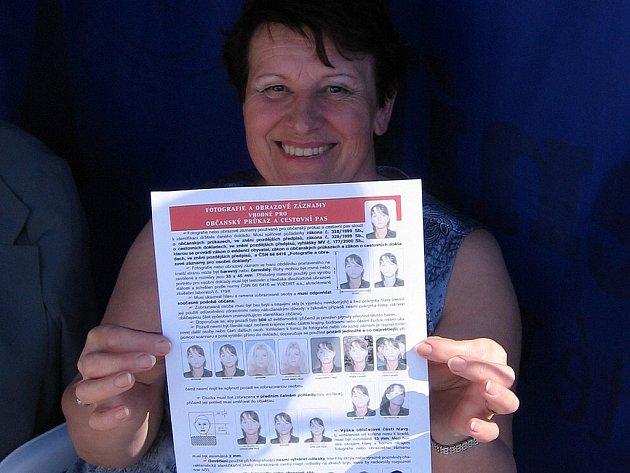 Zaměstnankyně odboru dopravy Ludmila Papáčová ukáže zájemcům o vydání řidičského průkazu, jaká kvalita fotografie na tento doklad jenepřípustná.