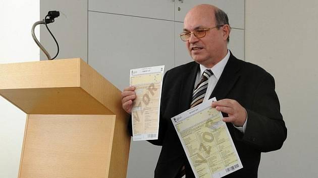 Místopředseda Českého statistického úřadu Stanislav Drápal vysvětluje, jak správně vyplňovát sčítací formuláře.