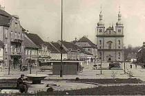 Snímek březnického náměstí pochází z 30. let minulého století.