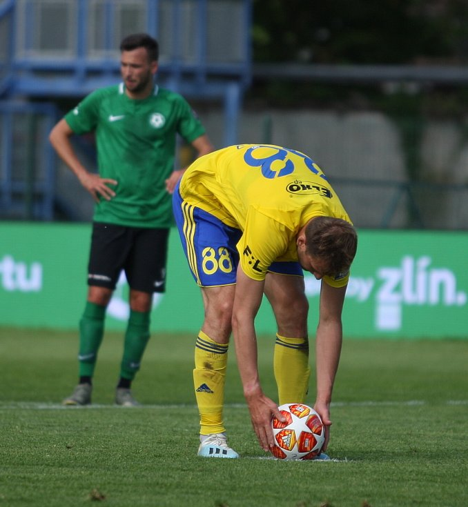 Fotbalisté Fastavu Zlín (ve žlutém) v důležitém zápase bojů o záchranu ve 28. kole v sobotu hostili poslední Příbram. Na snímku Poznar si chystá míč na penaltu.